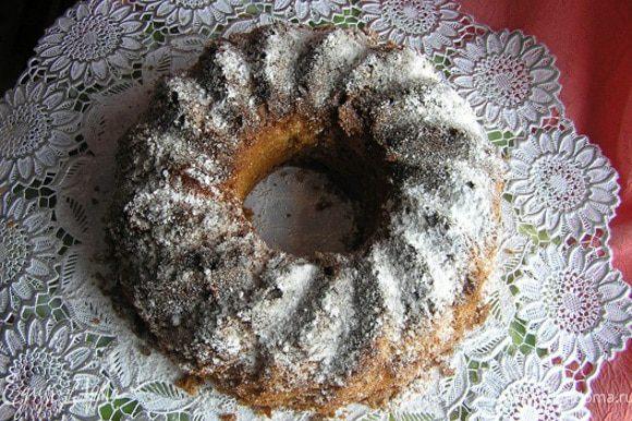 Готовый кекс вынуть из духовки, дать остыть 10-15 минут, перевернуть на решетку, снять форму и оставить до полного остывания. Перед подачей посыпать сахарной пудрой,