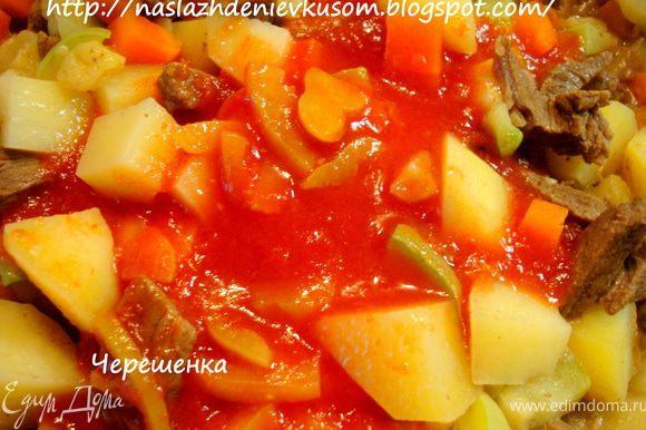 Помидоры в районе плодоножки надрезать крест-накрест и опустить в кипяток на 5 минут, снять кожицу, мелко нарезать или потереть на крупной терке… Перец порезать средними кубиками… У меня готовый томатный сок, приготовленный вместе с кусочками перца, поэтому в этот раз я брала его… Если у вас нет помидор или в магазине они не очень хорошие, то лучше взять 2 ст.ложки томатной пасты и развести ее в небольшом количестве кипятка… Итак, помидоры и перец добавляем в наш суп… Посыпать сахарком…