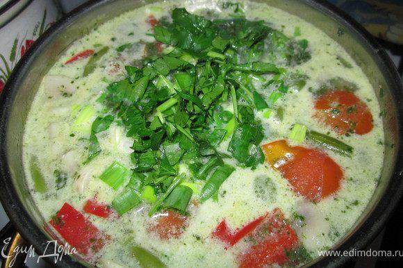 Лапшу приготовить, как указано на упаковке. Готовую лапшу выкладываем на дно тарелки. Заливаем супом. По вкусу добавляем соевый соус. Приятного аппетита!