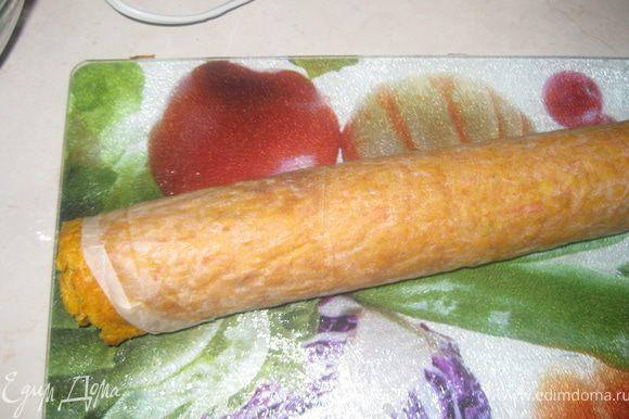 Остудить морковное тесто, Холодным свернуть рулетом.