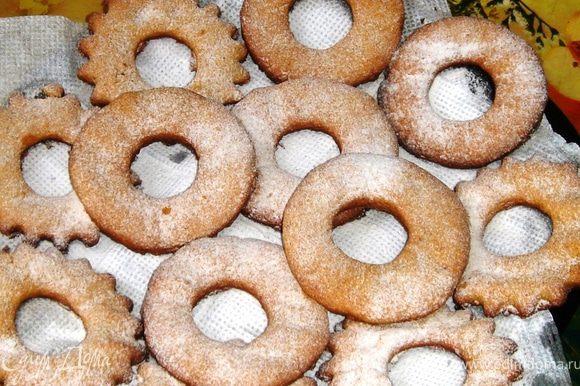 Когда печенье полностью остынет, посыпать его сахарной пудрой.