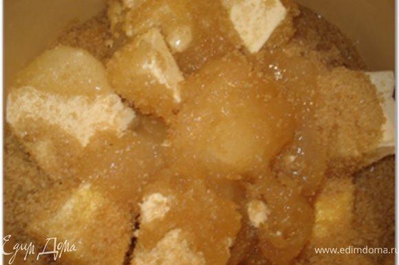 В кастрюлю высыпать сахар, добавить мед и порезанный кусками маргарин.