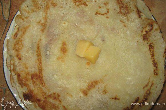 Замесить блинное тесто, выпечь блинчики, смазывая каждый готовый блинчик кусочком сливочного масла