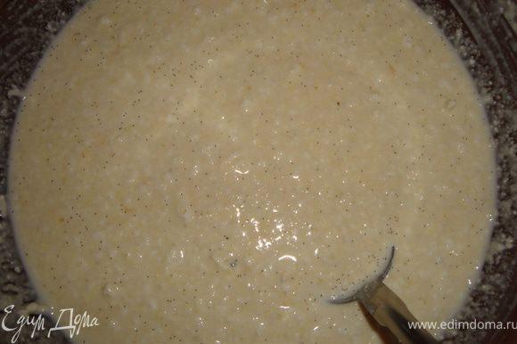 Добавить сливки (молоко), семена из половинки или 1/3 ванильного стручка (или корицу или...), добавки и перемешать. Тесто должно получиться как для оладий. Если густовато - добавить сливки (молоко), если жидковато - добавить муку или манку.