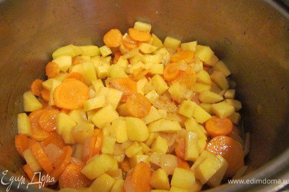 Добавить нарезанную кубиками картошку, добавить 1/2 стакана воды, накрыть крышкой и тушить минут 10.