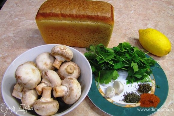 Я уже описывал рецепт брускетты, но это блюдо отличается простотой, быстротой приготовления и быстротой употребления А если честно, на все про все я потратил минут 15. Для справки, брускетта - это хлеб, обжаренный на гриле (можно в тостере, духовке на сухой сковородке, правда вкус не совсем тот получается) и натертый чесноком. Сверху кладется неимоверное количество вариантов начинок.