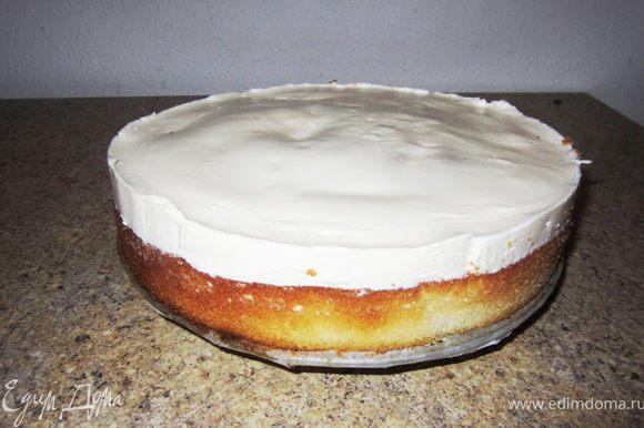 Чтобы вытащить пирог из формы - проведите ножом вдоль стенок формы, чтобы отделить корж и сметанный крем от стенок. Разберите форму. Аккуратно удалите бумагу и выложите пирог на блюдо.