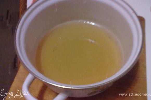 Периодически помешиваем. Через 15 мин. сироп готов.Этот сироп остается густым и не застывает.Внешне он похож на мед.