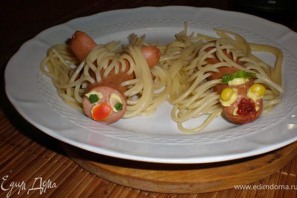 варим спагетти до готовности и украшаем кто как хочет ЭТО МОЙ ВАРИАНТ всем приятного аппетита ♥