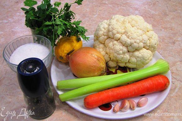 Итак - Цветная капуста с овощным соусом Это абсолютно постное блюдо (если только не считать курочки слева на фотографии ) Есть люди, которые не любят капусту из-за ее специфического запаха и вкуса. И я полностью с ними согласен. Но! Если вы ее не переварите (не считая блюд, в которых надо очень долго готовить, например, щи) и добавите кислоты и аромата (например лимон), то данный запах и вкус практически исчезнет, а на ему на смену придет восхитительный вкус На фотографии не видно, но все соцветия совершенно целые. Просто они полностью покрыты со всех сторон густым овощным соусом, похожим на пасту.