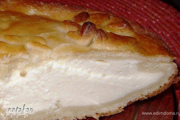 Накрыть его бумажным полотенцем. Через 15-20 минут достать пирог аккуратно из формы, положить на решётку и опять накрыть полотенцем (для того, что бы творожная начинка загустела). Кушать Quarkkuchen теплый или холодный с чаем или с молоком. Приятного аппетита!