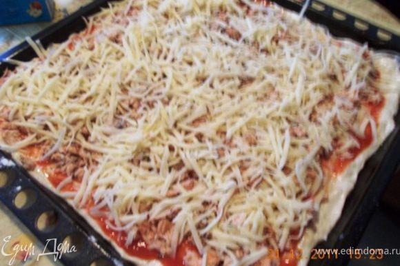 смазываем тесто соусом, затем выкладываем рыбу, посыпаем сыром. У меня пеклась около 20 минут при 220 гр. Приятного аппетита!