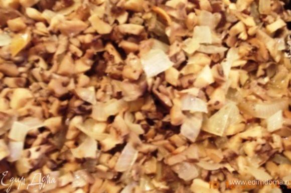 грибы мелко режем и обжариваем с луком