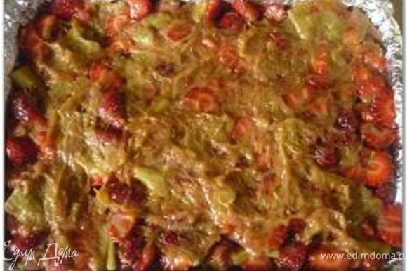 Нагреть в небольшой кастрюльке ревень сахар, воду и имбирь. Довести до кипения и варить на среднем огне 5-8 минут, помешивая, до загустения массы. Снять с огня и добавить порезанную клубнику. Выложить начинку на испечённый корж