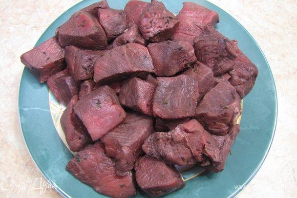 Достаньте мясо из маринада и дайте стечь маринаду в дуршлаге. Затем промакните хорошенько каждый кусок мяса.