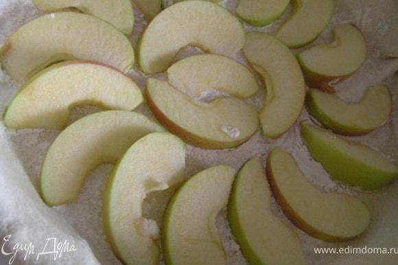 Яблоки нарезать дольками, разложить,