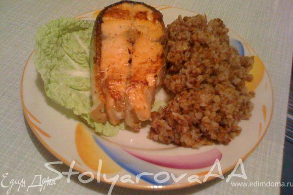 Можно готовый кусочек рыбы обжарить на раскаленной сковороде по 1 минуте на каждой стороне, для появления румянца. Готовую рыбу присыпать петрушкой и подавать.