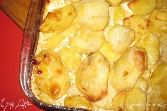 Делаем заливку - для этого смешиваем яйца с молоком, и заливаем картофель. Отправляем запеканку в духовку при темп.200 гр на 40-50 минут(до готовности картофеля).