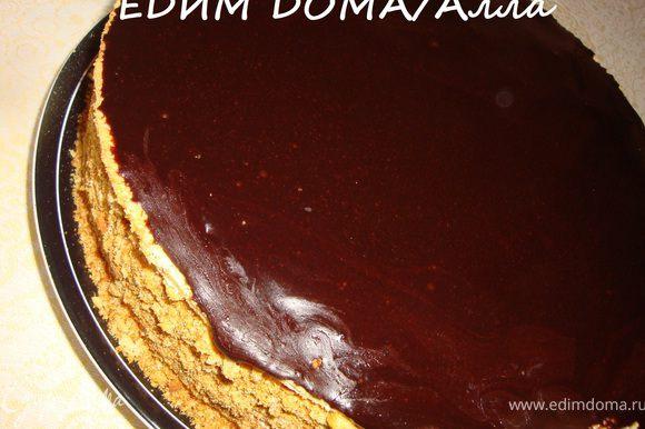 Вернемся к торту. Крем, который выступил по бокам торта, равномерно распределить по бокам же торта. Обсыпать бока торта крошкой из обрезков коржей. Сварить глазурь и покрыть верх торта.
