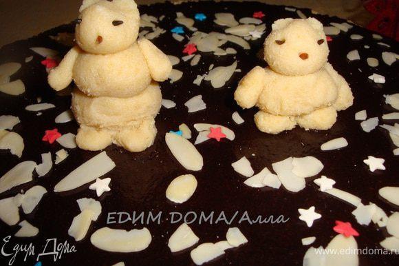 А теперь - самое интересное. Украшаем торт фигурками из мастики. Я использовала марципановую массу. Вы можете взять готовый марципан или сделать сами. На сайте есть замечательные рецепты марципана у Евы - вот тут: http://www.edimdoma.ru/recipes/28435 и у Риммы - вот тут: http://www.edimdoma.ru/recipes/33068. Вот такие белые мишки у меня получились.