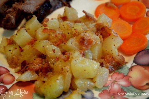 Выложить в сковороду картофель и бекон.Прогреть на сред.огне, аккуратно перемешивая,чтобы ломтики картофеля покрылись смесью.Выключить как закипит и подавать к столу.