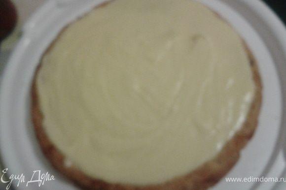 остывший корж смазать кремом,придавая форму нижнего коржа,остудить в холодильнике до полного застывания крема
