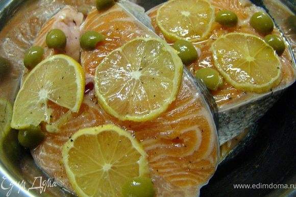 Я мариновала рыбу за 2 часа, до приготовления. Рыбу помыть, если нужно, то очистить. Каждую сторону посолить, поперчить. В большую миску налить на дно немного масла, положить кусочек рыбы, сверху положить кружочки лимона и половинки оливок. Снова полить маслом и приступить к следующему кусочку.