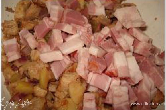 Смешать свинину с овощами, розмарином, добавить 1 стак. клюквы, ветчину/бекон, соль, перец, вылить туда взбитые яйца и коньяк, все перемешать