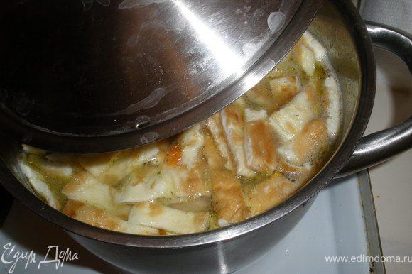 Бросаем в суп яичные ленты и выключаем плиту. Суп накрыть крышкой и дать ему постоять немного. Подавать с зеленью, приятного аппетита!!!
