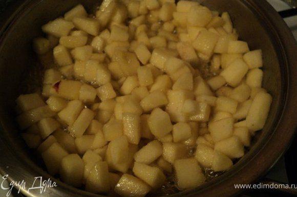 Затем добавить яблоки и пожарить 3-4 мин до полуготовности яблок.