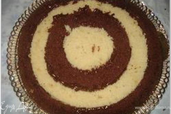 Взять тарелки трех разных диаметров или кондитерские выемки и вырезать из каждого коржа по три кольца (я сделала 4). Начинаем собирать торт, меняя кольца местами и промазывая каждое соединение кремом.