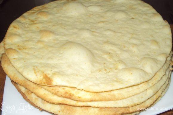 Вынимаем тесто из холодильника тонко раскатываем коржи вырезаем под крышку диаметром 26см накалываем вилкой и выпекаем при температуре 200-220 градусов. Остатки теста выпекаем на крошку для посыпки торта.