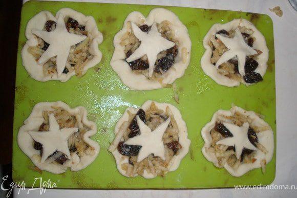 Из остатков теста вырезать звездочки ножом или формочками и положить их на пирожки.