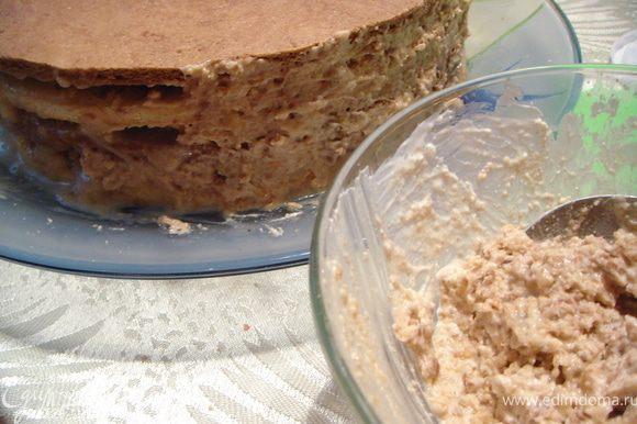 Смешать крошки от коржей и остатки крема. Выровнять смесью бока торта.