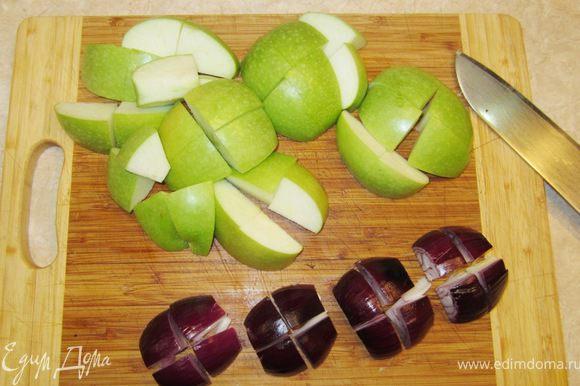 Почистите яблоки и лук. Разрежьте яблоки на 4 части. Удалите семена и перегородки. Разрежьте каждую четвертинку еще на 4 части (или пополам, если яблоки небольшие). Репчатый лук разрежьте на восемь частей.
