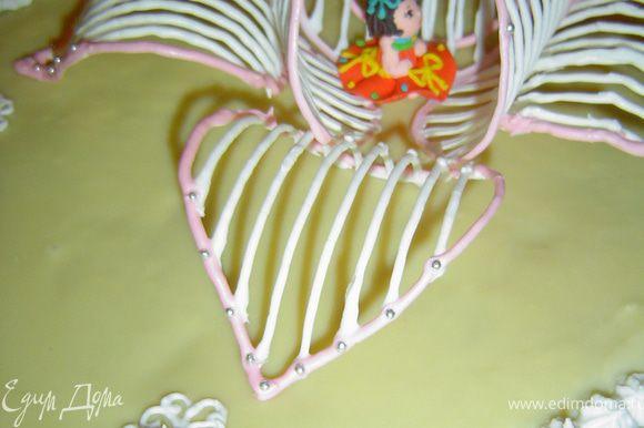 Я не делала сердцевинку, а поставила в центр куколку, но можно изготовить красивую сердцевинку и поместить в центр. Центральные лепестки ставим на более округлую часть так, чтобы они своей выпуклой частью касались лежащих лепестков, это придаст им устойчивость.