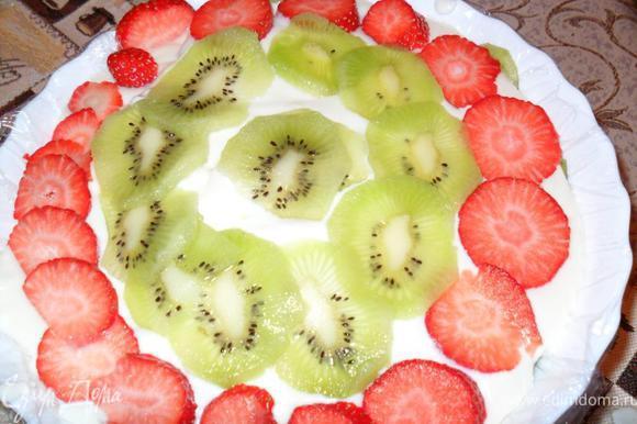 Застелем глубокую посуду пищевой пленкой, на дно выложим нарезанные на половинки ягоды клубники и киви, затем слой поломанного на кусочки бисквита, опять слой ягод и слой бисквита.