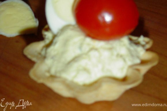 сверху кладем половинки помидора и яйца,