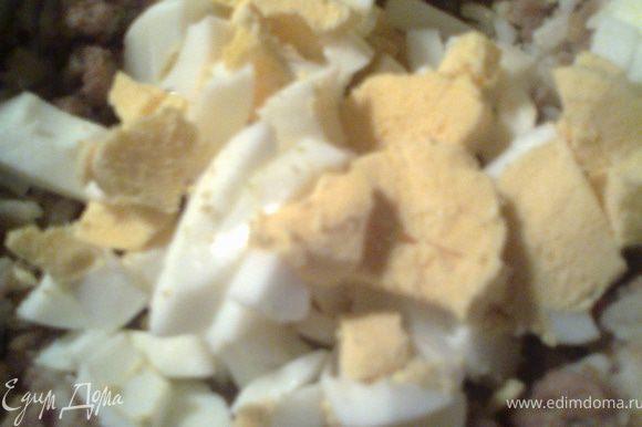 Крошим на яйцерезке в готовый фарш яйца.Перемешиваем.Пробуем на соль.