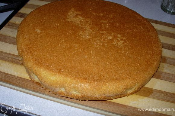 Выпекаем бисквит (можно воспользоваться любым другим рецептом бисквита, главное, чтобы он получился у вас воздушным, а не плотным).Для этого соединяем желтки с сахаром и взбиваем их на водяной бане (кастрюлька с кипящей водой, а в ней миска с массой), когда масса увеличиться вдвое (примерно8-10мин), снимаем миску и вводим туда растопленное масло, муку, ванилин, тщательно перемешиваем снизу вверх деревянной лопаткой. Выпекаем в форме, застеленной пергаментом, диаметром 22-24 см 15-20 мин при t 180С (готовность проверяем зубочисткой). Бисквит остужаем на решетке и разрезаем на 2 части. Вот какой он у меня получился: