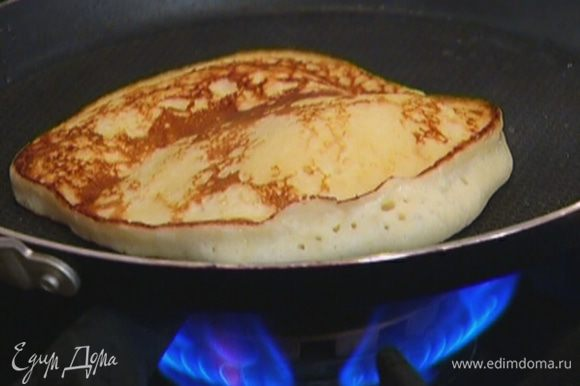 В отдельной сковороде разогреть оливковое масло и испечь из творожного теста оладьи.