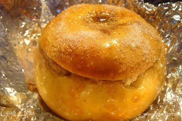 потом открываем фольгу- обмазываем каждое яблочко кусочком слив.масла и присыпаем сахаром и кунжутом- отправляем в духовку еще на 5 минут для подрумянивания.