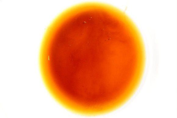 В воду добавляем соевый соус,бальзамический уксус и размешиваем,