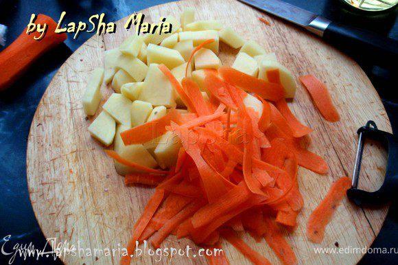 Картофель нарезать на средние кубики. А морковь я нарезаю с помощью овощечистки, получается легко, быстро и очень тоненько.