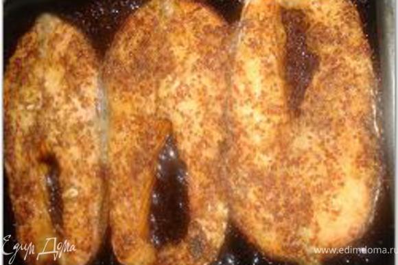 Поставить в разогретую до 180 градусов духовку и запекать около 15 минут, до образования светло-коричневой корочки, периодически поливая рыбку маринадом.