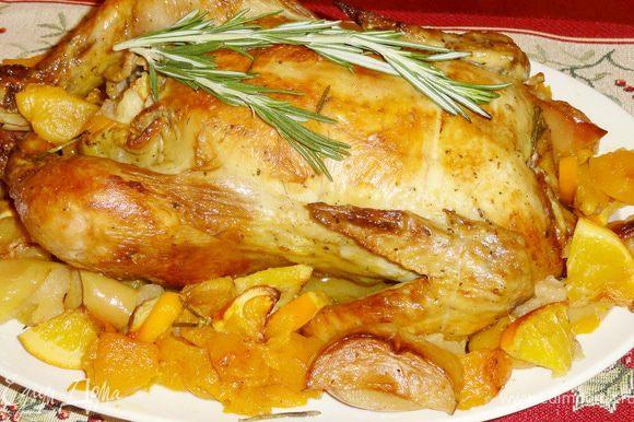 Положите булгур, кусочек курицы с фруктами на тарелку, обильно полейте образовавшимся соком после жарки… и наслаждайтесь ароматом и вкусом.