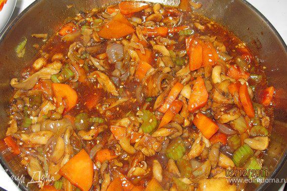 Выливаем наш соус в сковороду, перемешиваем и тушим 5 минут. Всё, готовы наши грибы. Теперь их с рисом, очень вкусно...