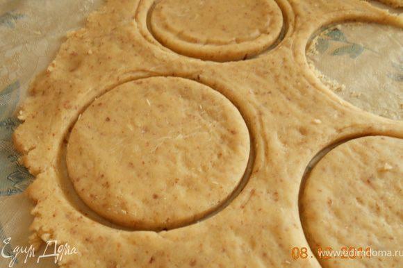 Преступим к самому печенью: Тесто раскатываем в пласт. Стаканом вырезаем кружки, выкладываем на противень, смазанный сливочным маслом, можно и на пергамент. Выпекаем печенье при 200град. минут 15-20. Зефир разрезаем на половинки.