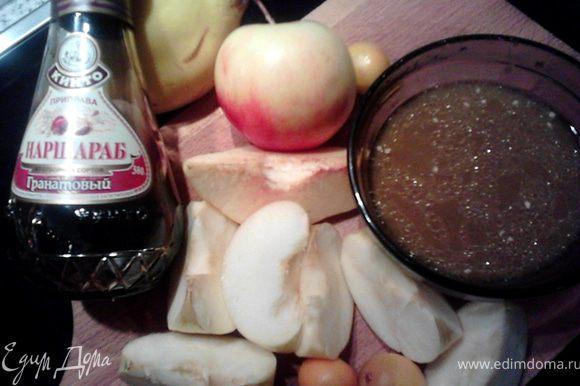 Затем убавляем жар до 180 гр. и запекаем ещё 50 мин. В это время готовим соус, которым будем поливать утку. Выжмем сок из 2-х апельсинов (150 мл получилось), добавим 70 мл коньяка (у меня оставалось 50), 3 ст.л. наршараба, всё смешаем. Для гарнира 1-2 айвы и 2-3 яблока (сочных кисло-сладких) разрежем на дольки.