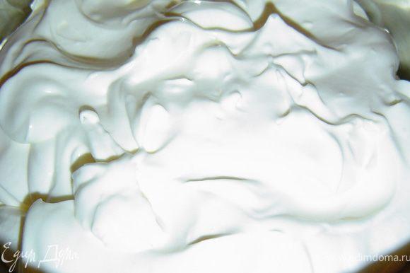 Первый крем остывает, а мы готовим второй крем. Крем №2. Сметану взбиваем с сахаром, ванильным сахаром до пышной устойчивой массы. Если у Вас не очень жирная сметана, то добавьте загуститель сметаны, и крем будет пышным.